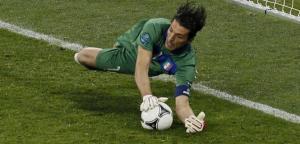 Italia Inghilterra, rigore parato di Buffon