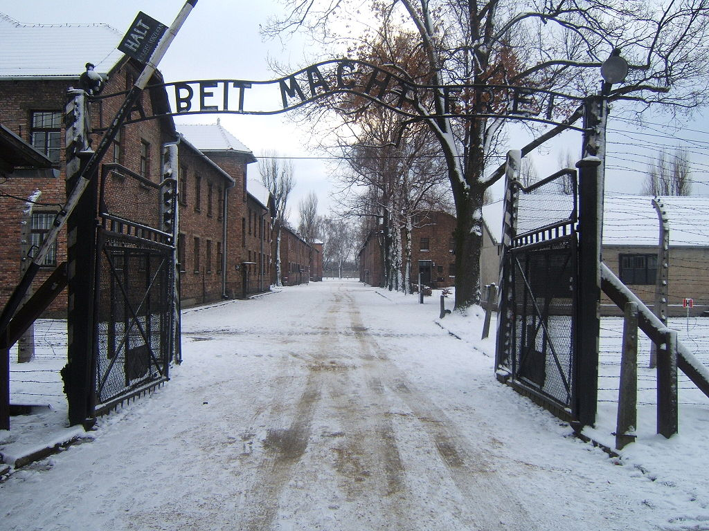 1024px-auschwitz_i_entrance_snow